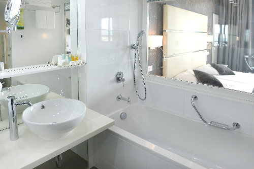 Palm Beach Hotel Superior Sea View Bathroom