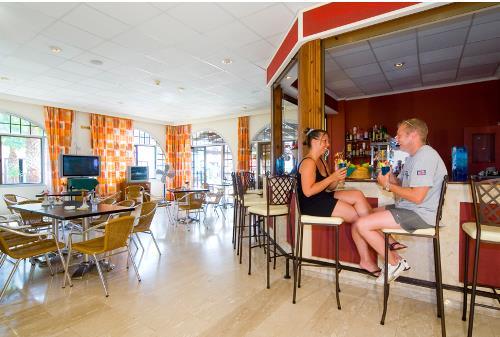 Cosmelenia Apartments Bar